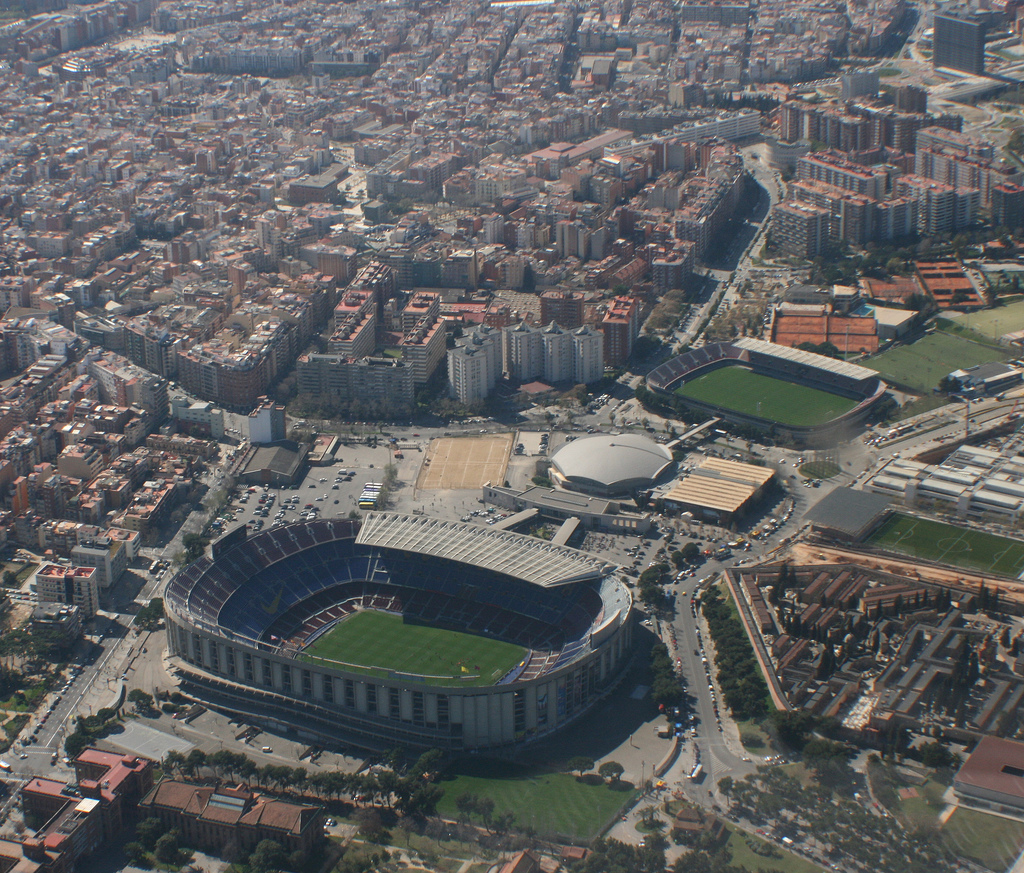 Vista aeréa del Camp Nou con el Mini Estadi al lado.