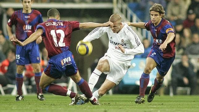 David Beckham intenta zafarse de Celestini y Rivera en eL Real Madrid-Levante de la 2004/05.
