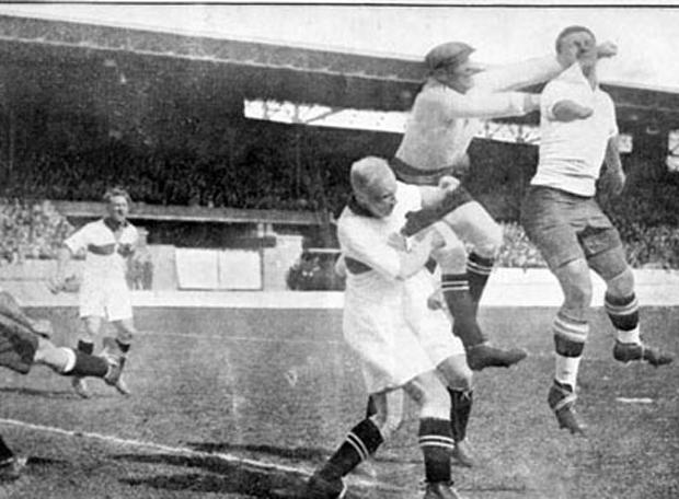 """Héctor Castro, \""""el divino Manco\"""" (el primero de la derecha) fue el autor de uno de los goles de la final. Perdió la mano derecha con 13 años trabajando con una sierra eléctrica. En ese sentido, comenzó siendo \"""" el Manco Castro y acabó llamándose el divino Manco."""