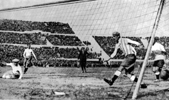 Uruguay ganó la final del primer Mundial al vencer a Argentina por 4-2 en un torneo donde no hubo un solo empate. Cada parte se jugó con un balón distinto, ante las diversas opiniones de cada equipo sobre posibles amaños en la composición del esférico.