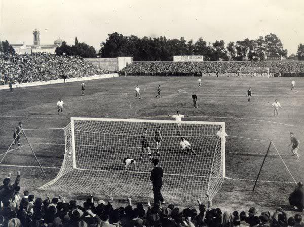 El estadio Parque Central acogió el primer partido de la historia de los Mundiales debido a los problemas existentes por lluvia en el estadio Centenario.