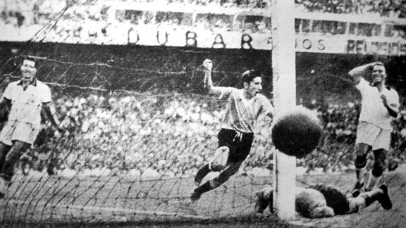 200.000 espectadores se dieron cita en Maracaná para ver el último partido del campeonato. A Brasil le basta empatar con Uruguay para alzar su primer título. Tras adelantarse, en el marcador, los charruas reaccionaron y empataron. Alcides Ghiggia anotó el gol que hizo llorar a Maracaná.
