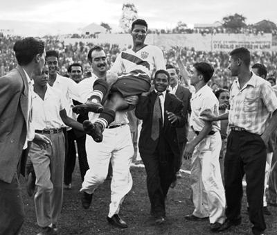 Joe Gaetjens fue el jugador que marcó el tanto con que Estados Unidos venció a Inglaterra. Su gol propició que saliera a hombros ante la conquista. De origen haitiano, formaba parte de una selección que tenía varios jugadores de fuera de USA, siendo incluso, muchos de ellos amateurs.