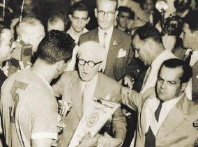 """Obdulio Varela fue el capitán de Uruguay y el encargado de recoger la copa. Suya es la frase que sirvió para ganar a Brasil a pesar de un ambiente infernal: """"No piensen en toda esa gente, no miren para arriba, el partido se juega abajo y si ganamos no va a pasar nada, nunca pasó nada. Los de afuera son de palo y en el campo seremos once para once. El partido se gana con los huevos en la punta de los botines\"""". Por primera vez, la Copa llevó el nombre de su creador, Jules Rimet."""