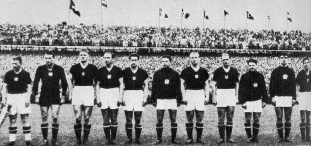 Hungría 54, posiblemente el mejor equipo de todos los tiempos. Un 4-2-4 formado por jugadores del talento de Zoltan Czibor, Sandor Kocsis, Nandor Hidegkuti o Ferenc Puskas, que sin embargo, no pudo ganar la final ante Alemania.