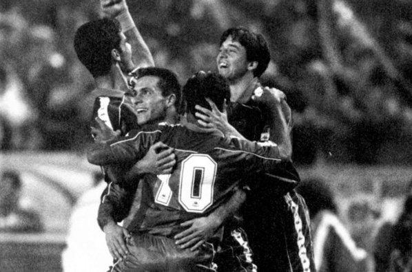 Así celebraron los jugadores del Barcelona la goleada de 1994 ante el eterno rival.