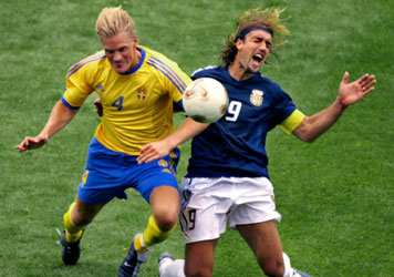 The Swedish central completed a successful career. Image disputing a ball Batistuta.