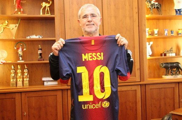 Torpedo Muller posa con la camiseta e Messi