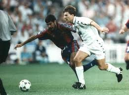 Laudrup con la camiseta del Real Madrid frente a Pep Guardiola