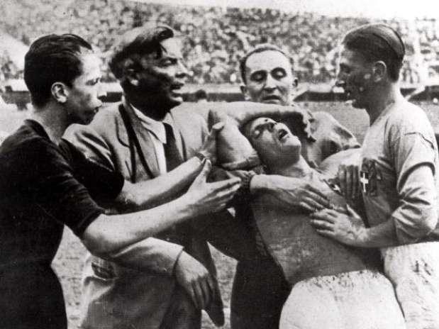 """El partido ante España también acabó con Meazza ligeramente """"tocado""""."""