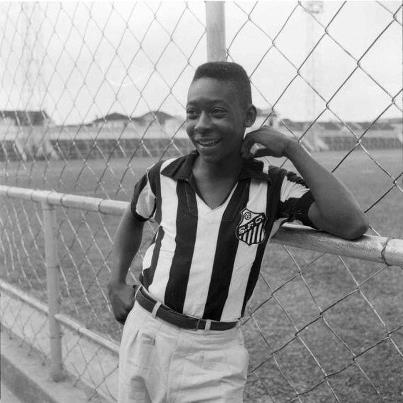 Pelé sehr jung und träumte von dem Erreichen der Spitze mit Santos T-Shirt.