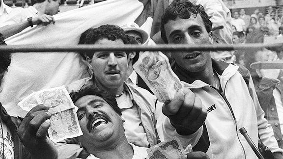 Los aficionados argelinos sacaron billetes falsos en forma de protesta por el amaño.