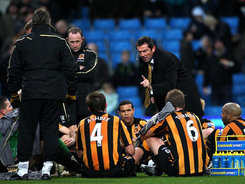 Como si un equipo de Pre-benjamines se tratase, el entrenador los sentó y abroncó sobre el césped.