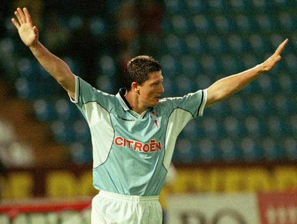 Penev acabó su carrera en la Liga española en Galicia. Vistió la camiseta del Celta y del Compostela.