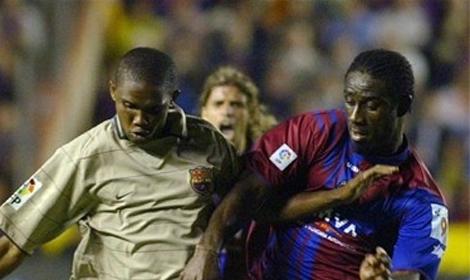 Ettien pugna con Etoo en el partido en el que el Barcelona ganó la Liga en Orriols.