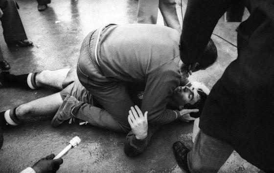 Juanito tendido sobre el suelo tras recibir una agresión.