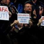 John Terry recibe a Benítez con la camiseta de Di Matteo