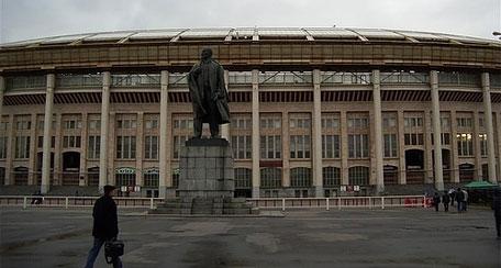 Una estatua de Stalin preside la entrada del estadio.