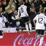Soldado lleva al Valencia a superar 2-0 al Sevilla