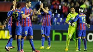 Levante 3-Olimpyakos 0, jugadores celebran con la aficion