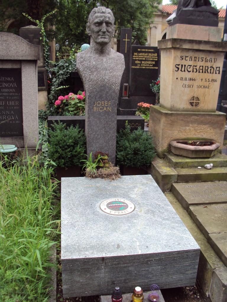 Bican tiene una estatua en su honor en Praga.