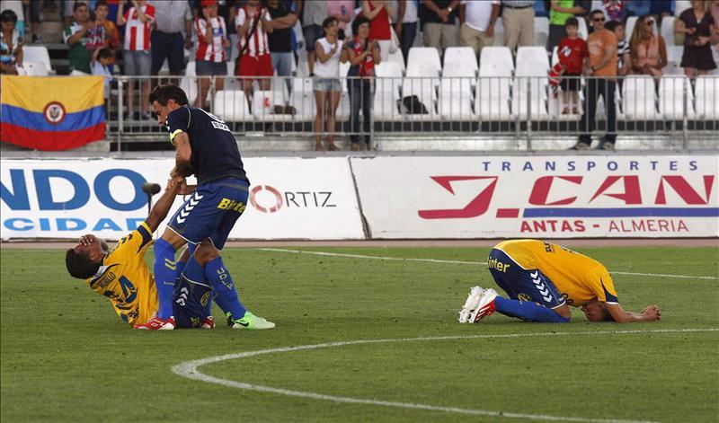Los jugadores de Las Palmas acabaron tendidos sobre el césped