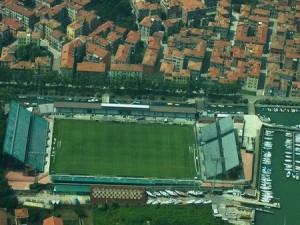 Venezia tiene un estadio situado entre canales.