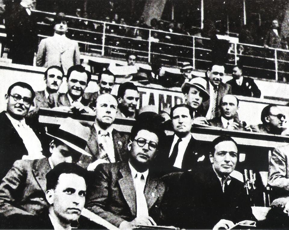 Qué lejos quedaban los Ipads. En 1934 se instauraron por primera vez las tribunas de prensa. Los medios, unas libretas.