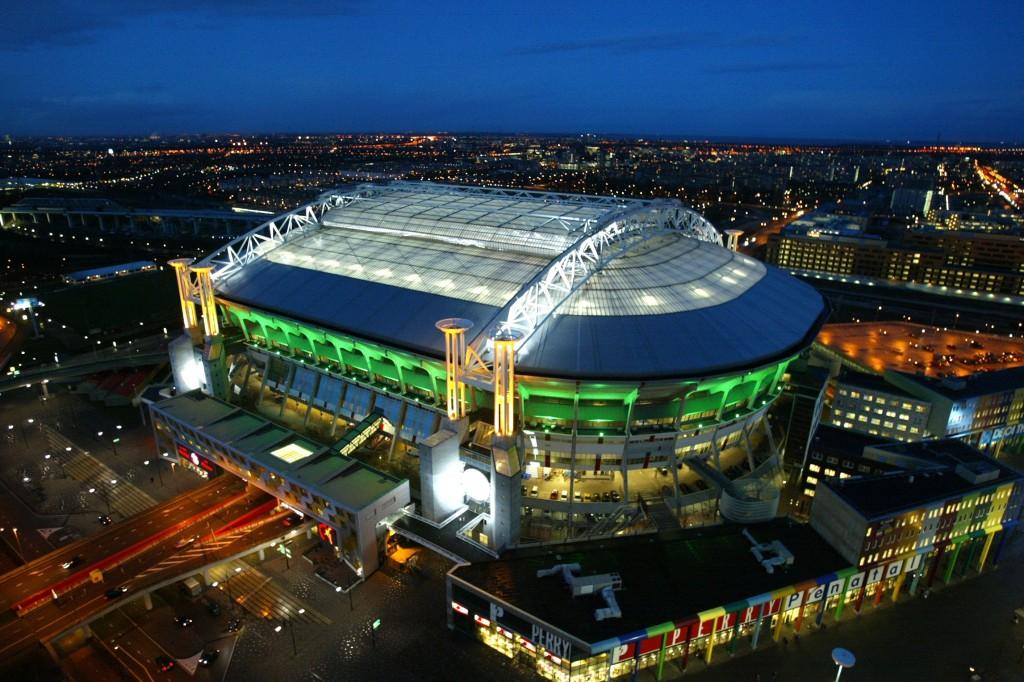 El Amsterdam Arena fue el primer estadio cubierto de Europa. Sobre él y al igual que el Calderón, pasa una autovía.