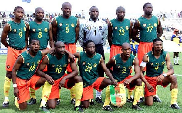 Camerún sorprendió en 2002 con un camiseta sin tirantes.