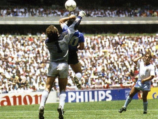 """Shilton was the goalie of the hand of God. Theirs is the phrase: """"el mejor jugador que me he enfrentado es Maradona, pero nunca le daría la mano""""."""
