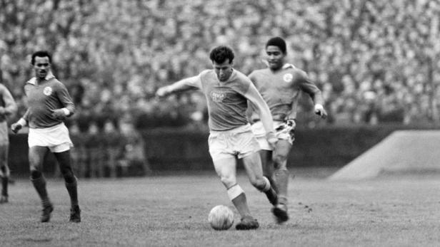 Pursued by the great Eusebio, Masopust starts one of his eslaloms.