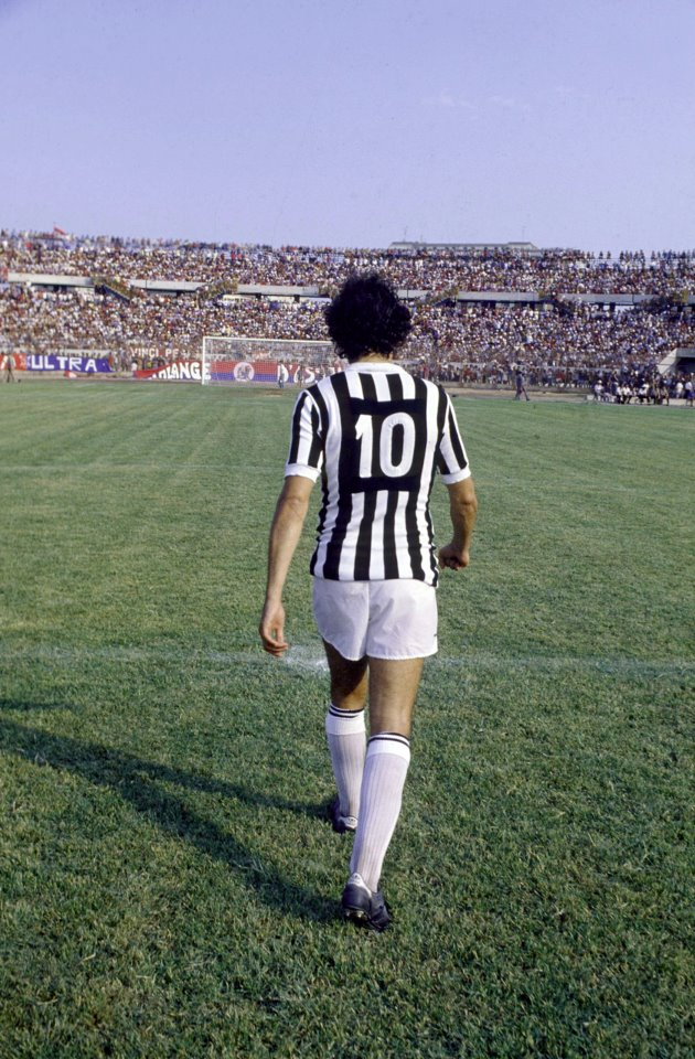 Platini con el diez de la Juventus a la espalda