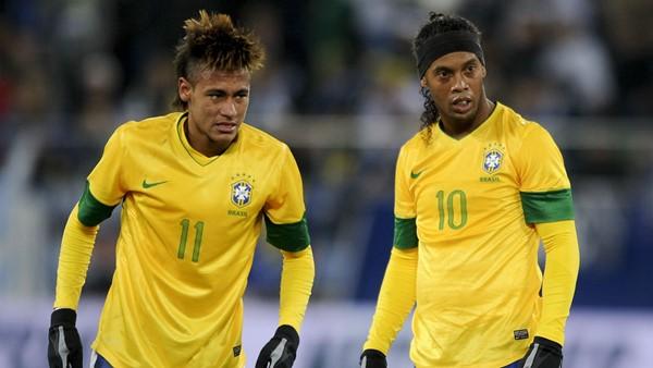 Ronaldinho y Neymar con la camiseta de Brasil