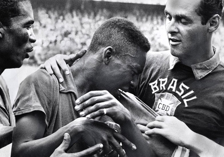 An image for history: Pelé cries of excitement for winning the World 58 at Gilmar.