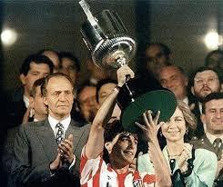 Paulo Futre levantando la Copa del Rey conquistada en 1992 frente al Real Madrid.