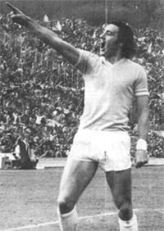 Chinaglia celebrating one of his goals with the shirt of Lazio.
