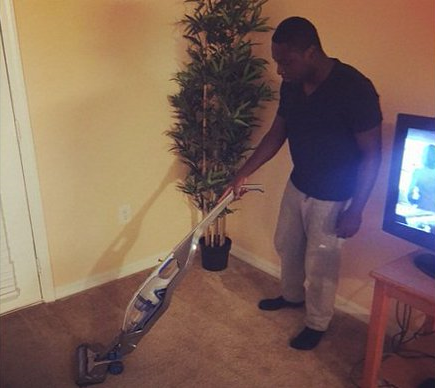 Freddy Adu selling vacuum cleaners in social networks. Photo: Twitter