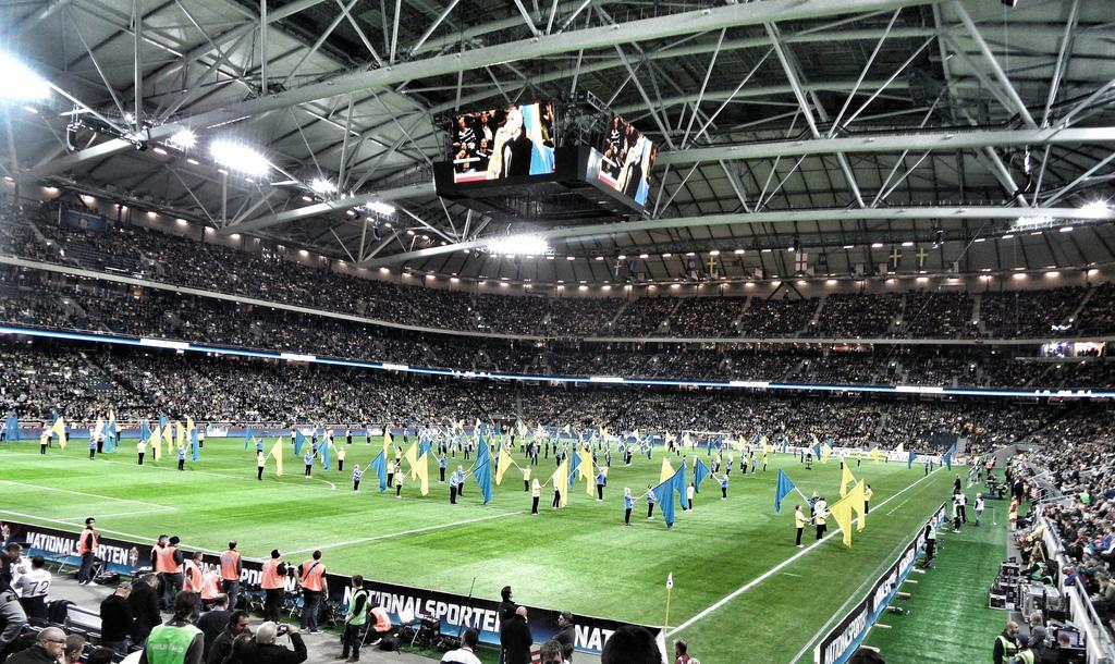 El Friends Arena es cubierto y se encuentra en Estocolmo.