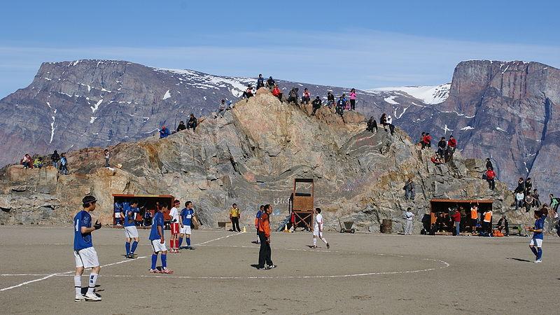En Groenlandia, no entienden de gradas cubiertas o numeradas. Una buena piedra cómoda basta.