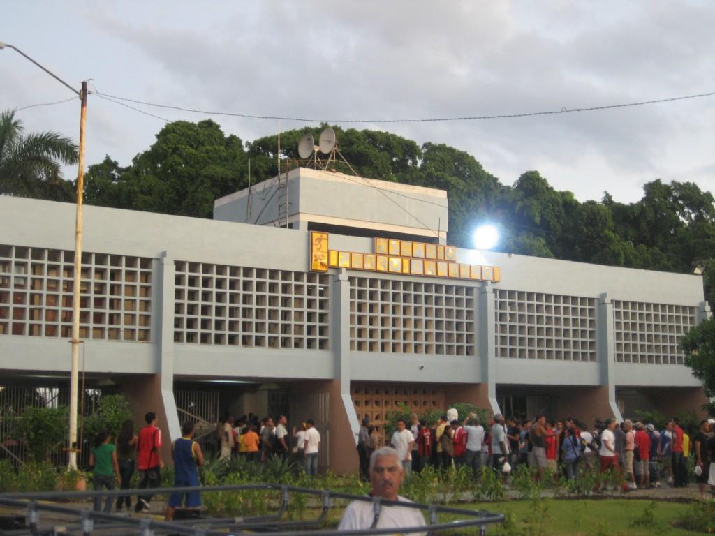 El estadio Pedro Marrero es el segundo más grande de Cuba con 28.000 espectadores. Con marcador aún manual, los invitados VIP no gozan de palco con techo.