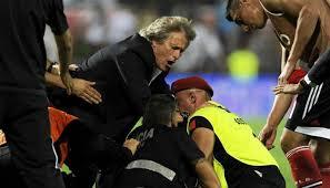 Jorge Jesús intercede entre hinchas y policia