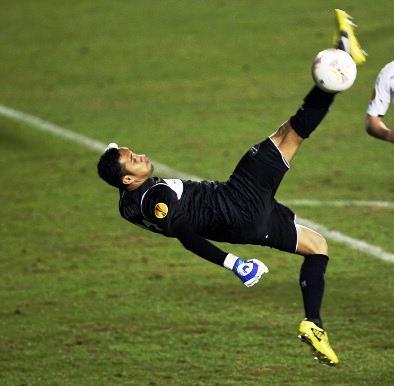 El tico casi marca de chilena con el Levante en la Europa League de la temporada 2012/13.