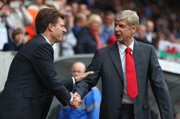 Wenger y Laudrup se saludan en su duelo.