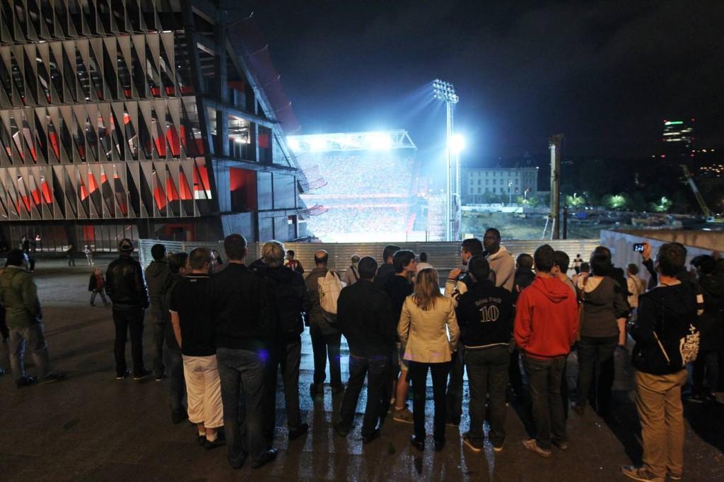El hecho de que San Mamés aún no esté acabado permite que muchos espectadores vean el partido desde fuera.