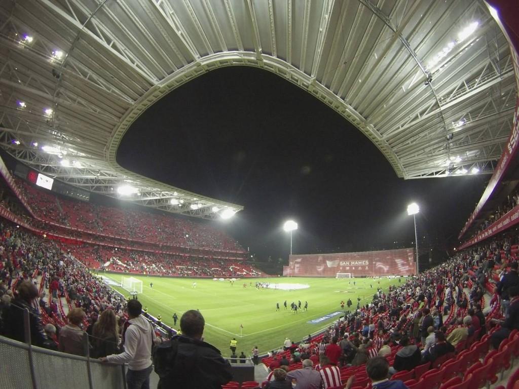 Este era el espectacular ambiente que se vivía en San Mamés antes del partido.