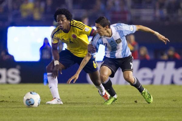 """Carlos """"La Roca"""" Sánchez pressing Di María in a Colombia-Argentina."""