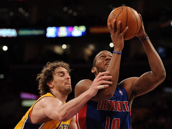 Greg Monroe will be the star of the Pistons. In the picture with Pau Gasol fighting a bounce.