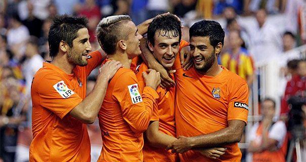 Pardo celebra junto a Markel, Vela y Griezmann el segundo gol de la Real en Mestalla.