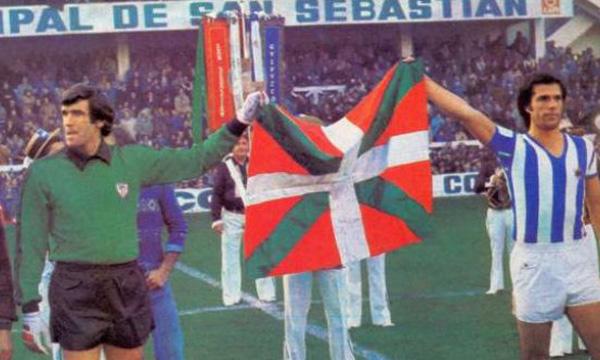La foto de la discordia: Iribar portó en un derbi la bandera vasca cuando era ella anticonstitucional.